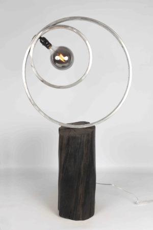 Un lampe bois millénaire de morta et aluminium